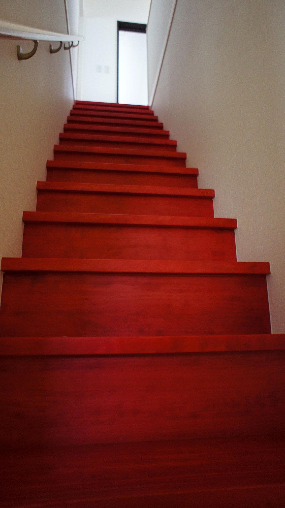 エンジ色の個性豊かな階段_栃木県建築実例